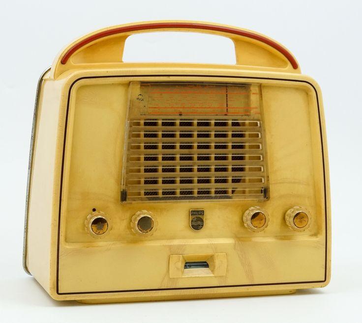 Een draagbare buizenradio in geel bakelieten kast, type LX 422 AB, Philips, Holland, 1952