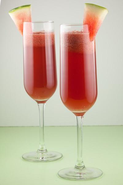 WATERMELOEN COCKTAIL  Een verfrissende watermeloen cocktail, geïnspireerd op de Franse Kir Royale. Watermeloen, cassis en een lichte bubbel, heerlijk!  Recept onder de knop >>BRON<<