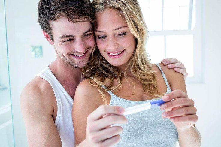 Schwangerschaftsfrühtest positiv glückliches Paar mit SS Frühtest