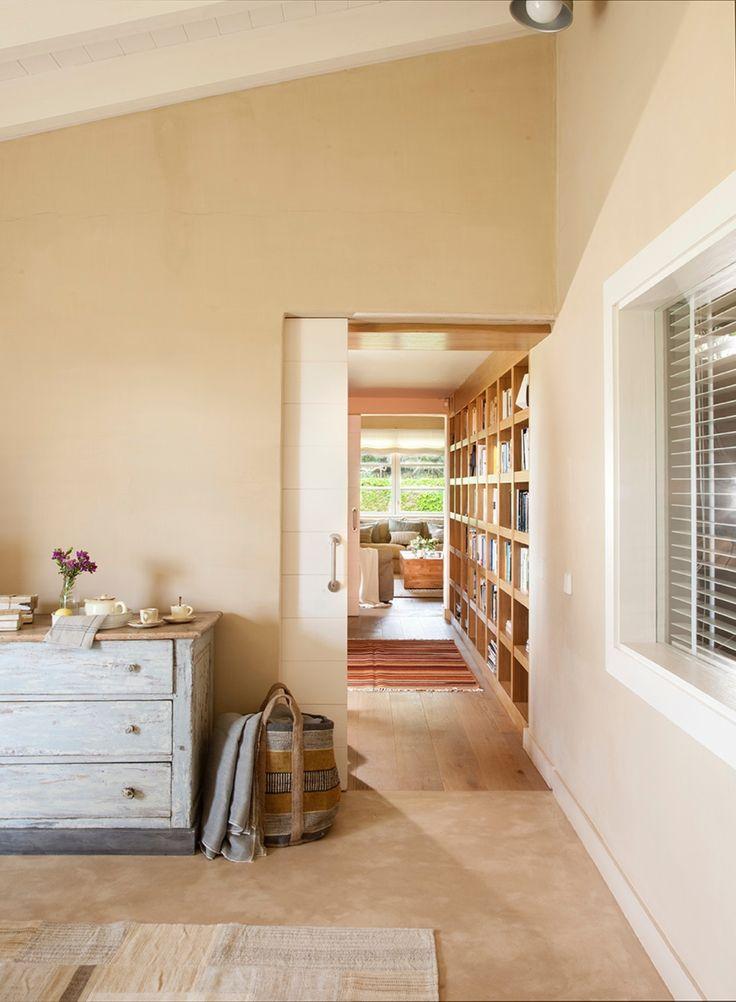 Con puertas correderas. Blancas, con listones en horizontal y tiradores cromados, dan a la casa una estética urbana. Son un diseño de Gaby Conde.