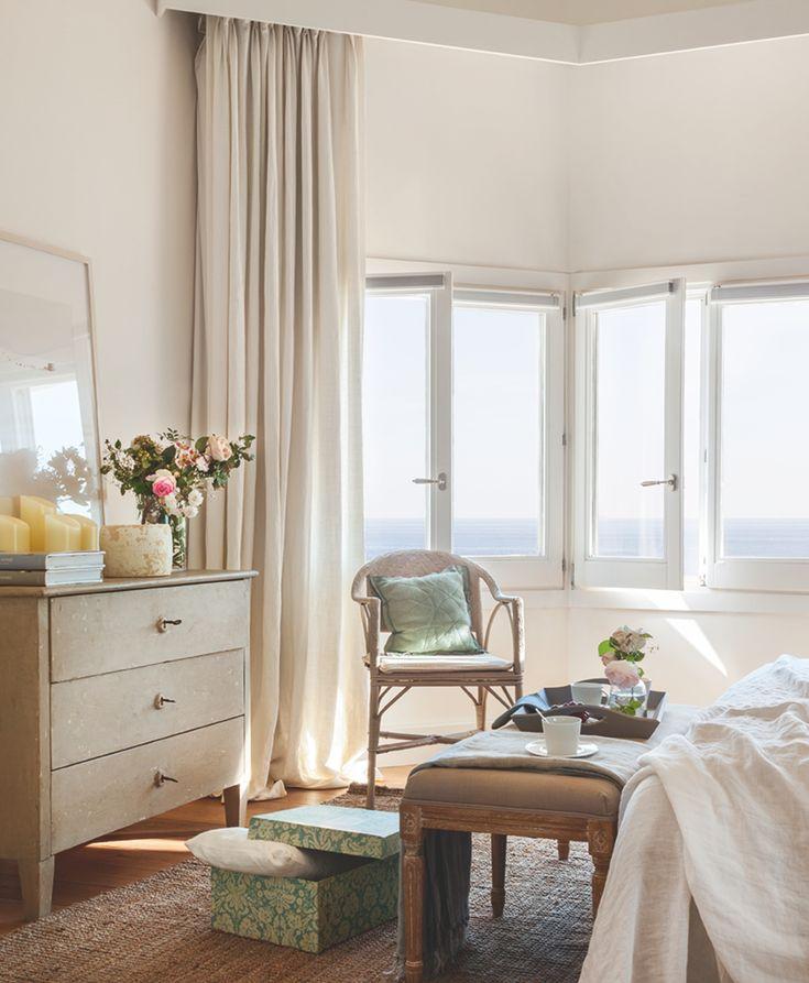 A PIE DE CAMA Cómoda de Antic Daviu. Las cortinas de lino, confeccionadas por Tapicería Caponata.  BAÑO