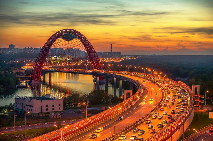 Живописный мост на западе Москвы был построен еще во времена правления градоначальника Юрия Лужкова. О плюсах и недостатках проекта читайте в нашей статье
