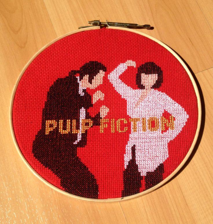 pulp fiction - bordado manual com tecidos e linhas em 100% algodão, bastidor em madeira com 22cm de diâmetro.