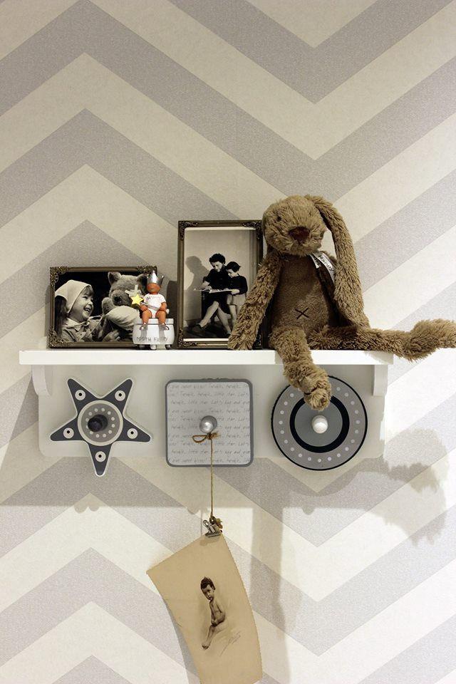 Grijs behang kinderkamer / grey Wallpaper childrens room chevron ...