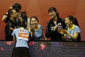 決勝進出を決めた卓球女子日本チーム。熱戦をものにした伊藤美誠(左手前)の健闘を福原愛(右端)らがたたえた