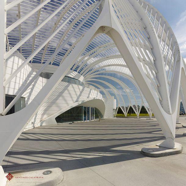 Испанский архитектор Сантьяго Калатрава спроектировал новый политехнический университет Флориды, который стал воплощением фирменного футуристического стиля архитектора.