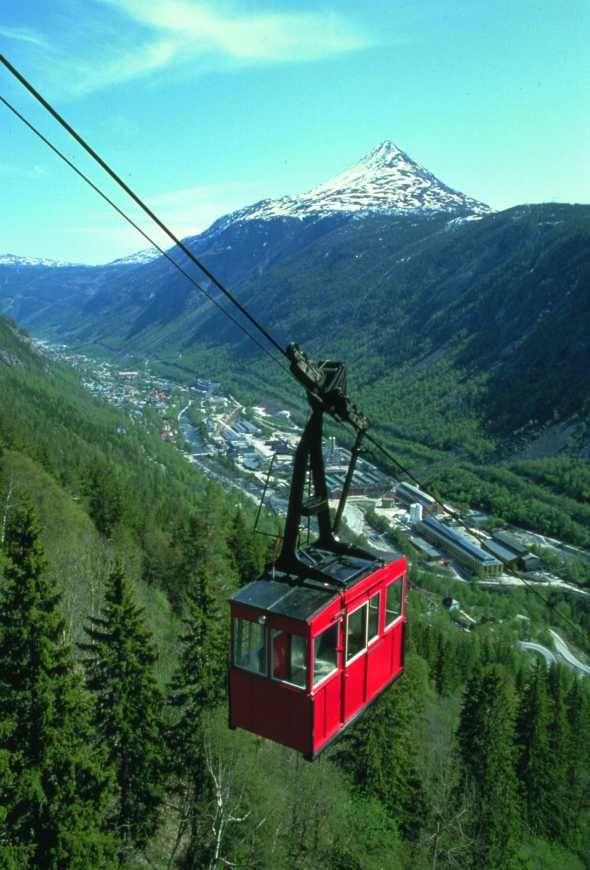 """Krossobanen - fra 1928 - Nord-Europas første kabelbane. Her med vognen kalt """"Tyttebæret"""""""