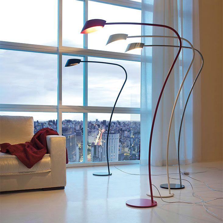 Lampada little flag CATTELAN.  Lampada da terra con struttura e paralume in acciaio cromato o verniciato bianco, nero o rosso opaco.
