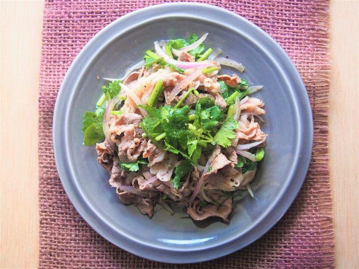 パンに挟めばバインミーに。タイ風ごちそう「牛肉のパクチーサラダ」 | ROOMIE(ルーミー)