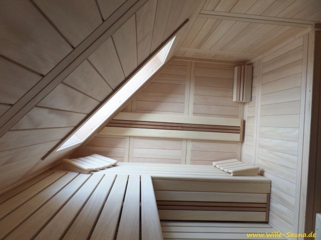 Realisierung einer Dachschräge Sauna, in der auch ein Fenster integriert wurde