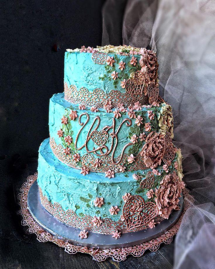 """Нужно ли выравнивать поверхность торта ,если он будет иметь фактуру? Однозначно-да! Торт может быть не идеально выглажен,но углы и поверхности обязательно надо выровнять . Я использую для верхнего покрытия торта и для фактуры,и для """"Барельефной живописи"""" один и тот же крем-крем-чиз на сливочном масле без добавления сливок. Процесс состоит в следующем-собранный торт, обмазываем первичным Черновым слоем  при помощи шпателя, необходимо сделать это тщательно,чтобы не просвечивал корж. Ставим в…"""