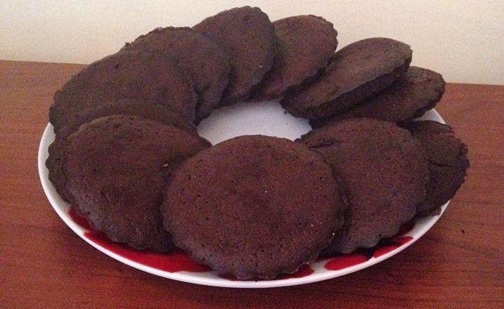 Lisztmentes, kakaós keksz    A lisztmentes kakaós keksz receptje és a fotó Tögyi Julikáé, ő találta fel, de szerintem sokan szeretni fogjátok!???????????? Én is kipróbáltam már ezt a kekszet és nagyon finom, sőt nyersen sütés nélkül, piskóta közé, csokikrémnek is használtam már. :)  Íme az e