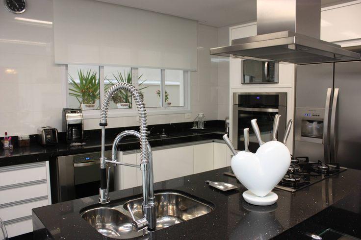 Cozinha Preta e Branca! Ilha com cuba dupla e torre de forno!