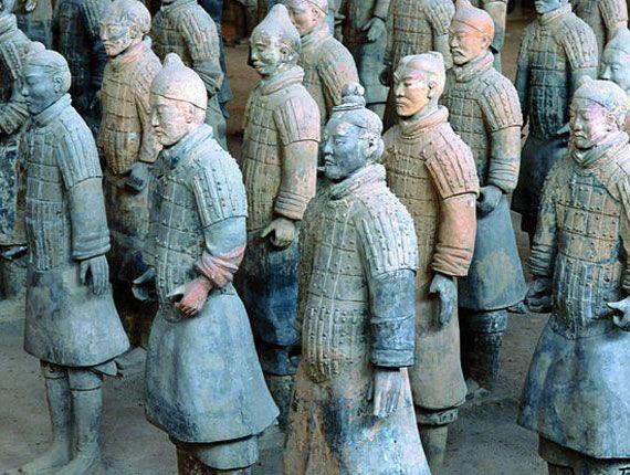 Jour 06 XI'AN – PÉKIN Capitale sous onze dynasties, Xi'an a très tôt été en contact avec les religions étrangères dont le christianisme, le bouddhisme et l'islam. Vous visiterez le musée d'Histoire, où sont exposées d'exceptionnelles collections d'objets provenant des nombreux sites archéologiques des environs et la petite pagode de l'Oie Sauvage. Initiation à la calligraphie chinoise. Promenade sur les remparts de la vieille ville. Le soir transfert à la gare / train de nuit pour Pékin