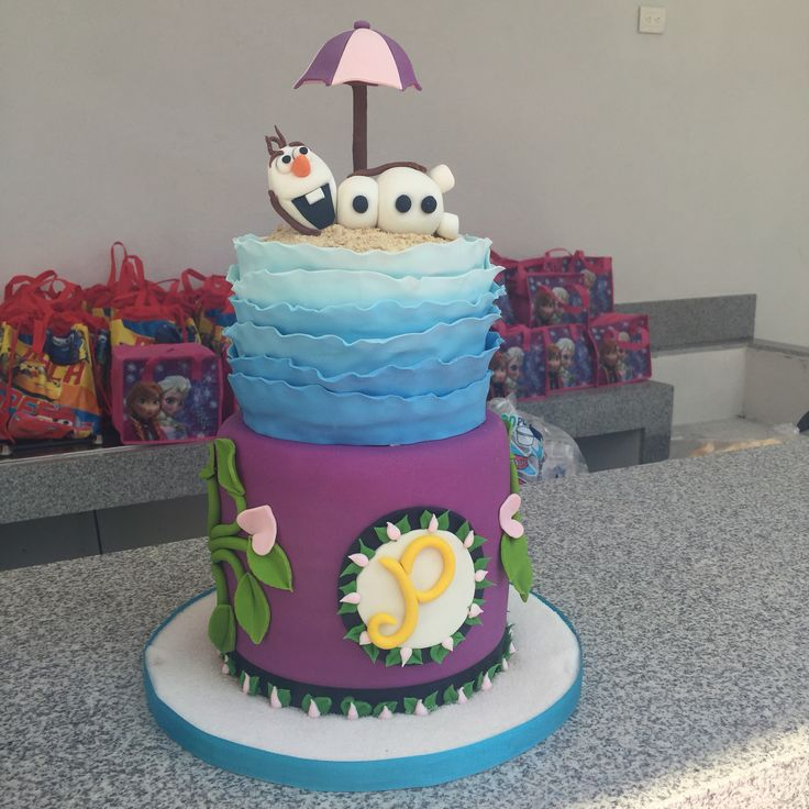 Frozen cake with Olaf on top. Pastel de Frozen con Olaf.