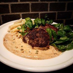 Av köttfärs kan man verkligen göra mycket gott.Här delar jag med mig av ett recept på biffar i en krämig grönpepparsås som serveras med nykokt pasta.Sma