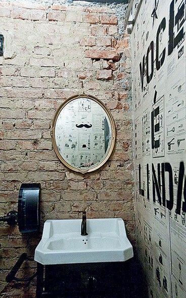 Tijolos à vista fazem bonito também no banheiro. A hamburgueria Butcher's Market foi inspirada em Nova York e por isso tem paredes descascadas. Colagens de antigas propagandas e folhas de revista também compõem a decoração