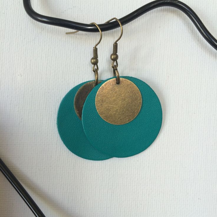 Boucles d'oreilles - cuir bleu et breloque ronde : Boucles d'oreille par made-by-emylie