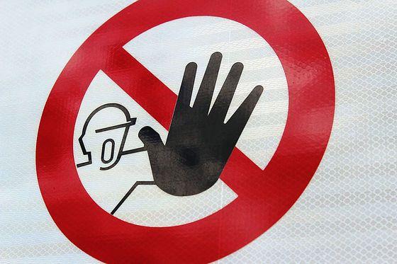 あなたの知らない世界がここに、日本とはかなり違う海外の危険・禁止の標識たち - GIGAZINE