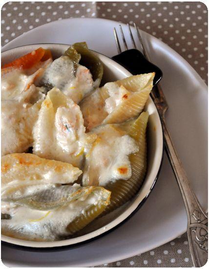 Miam! Conchiglionis farcis gratinés Pour 2 personnes 16 conchiglionis 1 pavé de saumon 250g de ricotta 1/2 citron (jus) quelques feuilles de basilic ou ciboulette sel, poivre pour la crème : 15 cl de crème 30 g de parmesan 1/2 citron (zeste) Faites cuire...