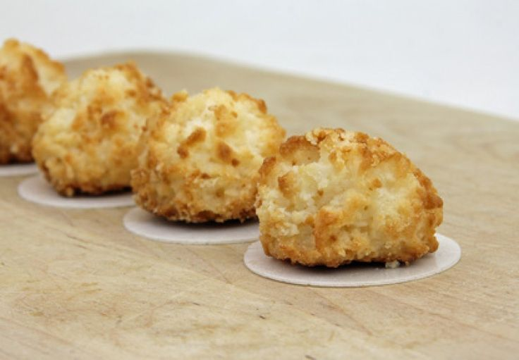 Für die feinen Kokosbusserl braucht man nur wenige Zutaten. Ein schönes Rezept für den weihnachtlichen Plätzchenteller.