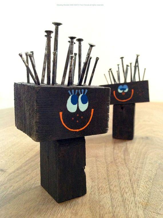 """Leuk werkje voor jongens. Twee blokkje hout. Foto van jezelf op de voorkant. Eventueel tekst op de achterkant. En dan """"haren maken"""". (Heb je wel een aantal hamer(tje)s nodig.) Toru Fukuda « La Factoría Plástica"""