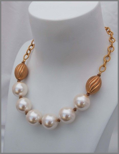L31: Big pearls with brass/gold beads and chain
