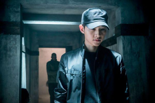 Big Boss Song Joong Ki mặc cây đen trông còn soái ca hơn cả khi mặc sơmi trắng - Ảnh 4.