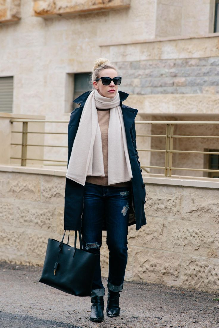 Rainy Day Outfit with Navy Trench Coat: navy Burberry trench coat with boyfriend jeans and black Chelsea boots, navy trench coat outfit