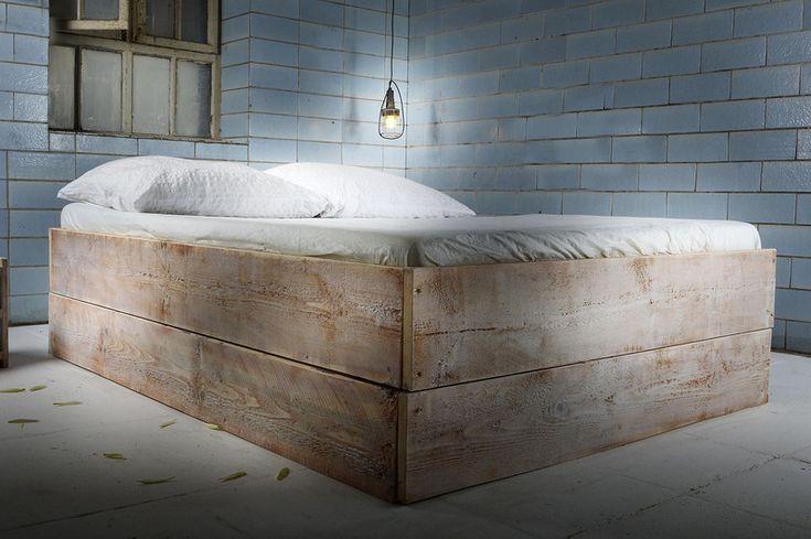 Bett aus Bauholz GRAMBOIS von FraaiBerlin via dawanda.com
