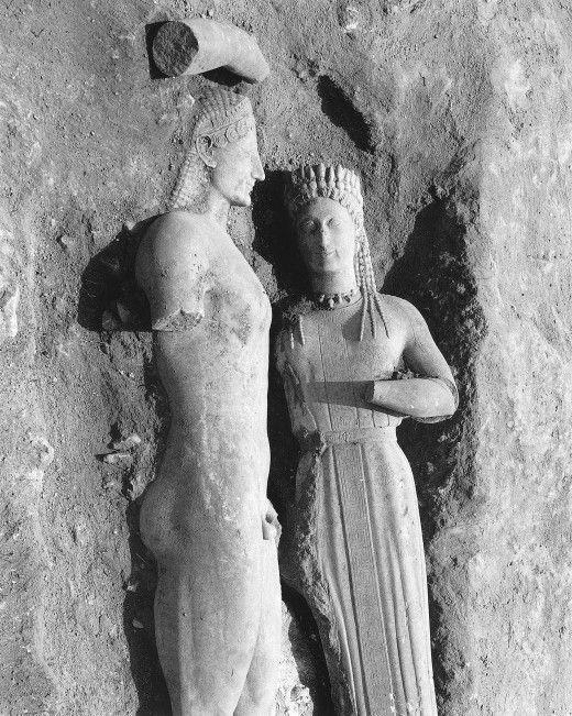 Ο κούρος της Μερέντας και η κόρη Φρασίκλεια, όπως βρέθηκαν τη 18η Μαΐου 1972, στα δυτικά του δρόμου από το Μαρκόπουλο προς τα Καλύβια Αττικής.