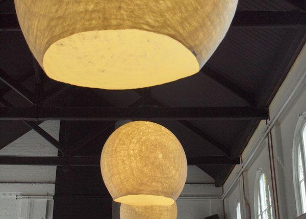 LO120   Vilt aan Zee  LO geeft direct licht via de opening aan de onderzijde. Ook schijnt ze indirect licht haar omgeving in. De grote lampen maken indruk door de omvang en bijzondere uitstraling. Je ziet er de natuurlijke structuur van wol in terug. Woonkamer, kantoor of publieke ruimte krijgen een warme sfeer en tegelijk werken de lampen geluiddempend. LO is handgemaakt van schapenwol. Hierdoor is haar licht zacht en levendig.