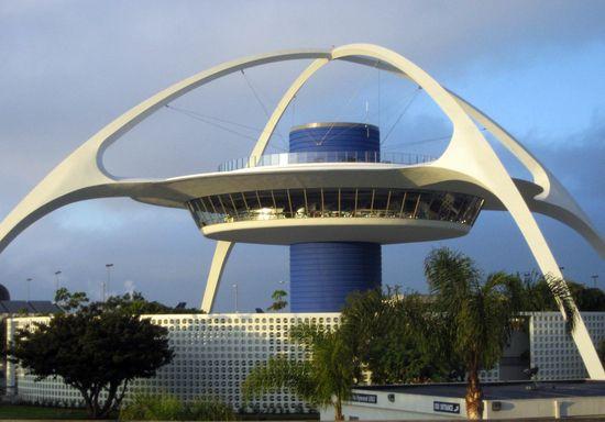 Googie-architectuur: De googie-architectuur is ontstaan in 1940, in het zuiden van Californië. Kenmerken van de Googie-architectuur zijn ongebruikelijke vormen en symbolen, het is ook sterk beïnvloed door de auto-cultuur, het ruimtevaarttijdperk en het atoomtijdperk. De grondlegger van de Googie-architectuur is John Lautner.