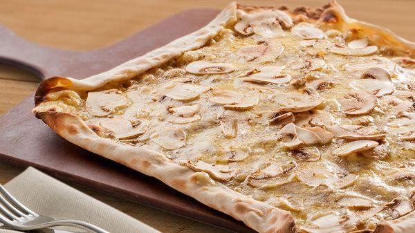 Ciabatta alla pala Tartufi e funghi #trufa negra, #champiñones y variado de #quesos. Una #delicia. http://www.latagliatella.es/menu/calzone-e-ciabatta-alla-pala/