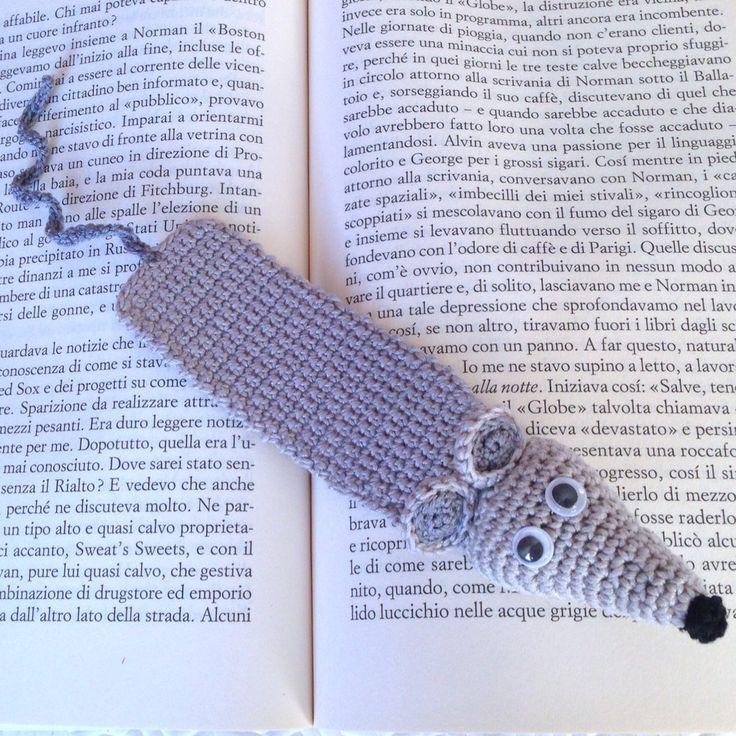 Segnalibro con topo grigio amigurumi amante dei libri, fatto a mano all'uncinetto, by La piccola bottega della Creatività, 11,90 € su misshobby.com