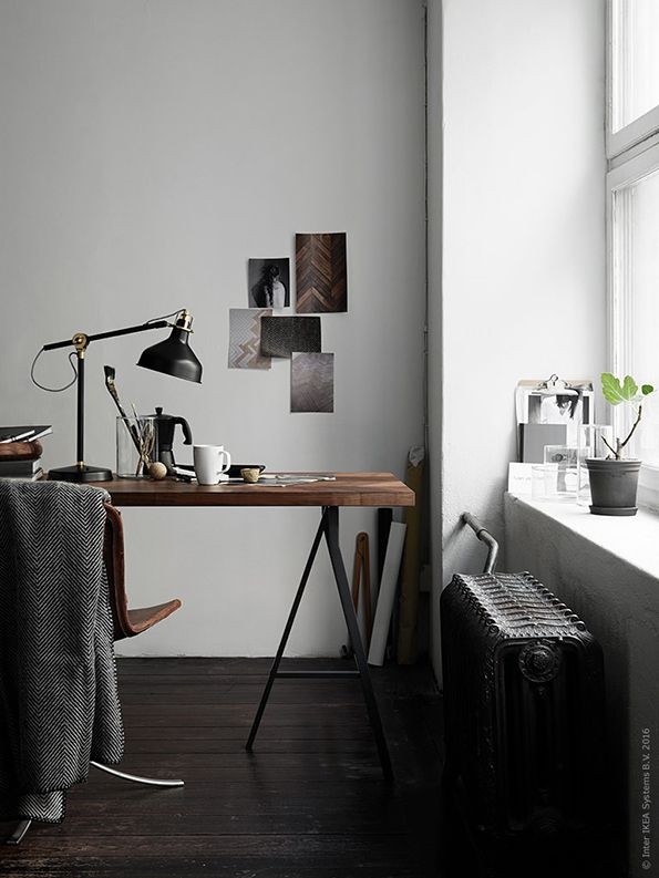 Als je thuis werkt, is het belangrijk een fijne werkruimte te creëren! Dit kan je doen door je werkplek bij je woonkamer of slaapkamer te betrekken | Wooninspiratie IKEA IKEAnl IKEAnederland werkplek werken BARKABODA werkblad bureaublad blad bureau walnoot LERBERG schraag schragen werkkamer