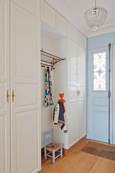 Entrée de la maison de famille rénovée par l'architecte Mélanie Lallemand Flucher. Plus de photos sur Côté Maison http://bit.ly/1OVMIPW