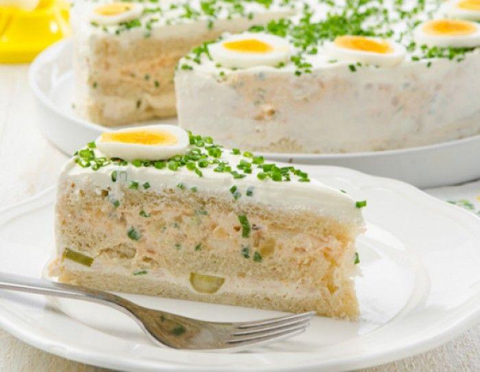 Eine pikante Sandwich-Torte ist einfach vorzubereiten und perfekt für jede Party. Ein herzhaftes Rezept für ein Osterbrunch. Noch mehr Rezepte gibt es auf www.Spaaz.de
