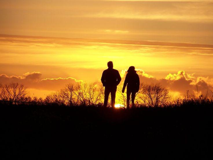 """Stem alstublieft op mijn foto om de fotowedstrijd van het NRC te winnen. """"Het enige wat tussen deze 2 mensen instaat is de ondergaande zon"""" by Mike Nuijs"""