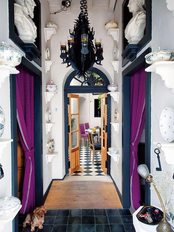 Una casa con chispa andaluza Шторы вместо дверей. Черные наличники и рыжая дверь