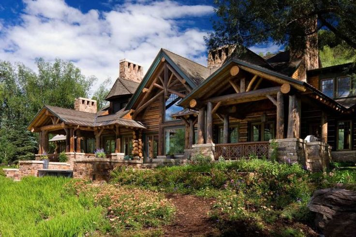 A stacked-log Colorado mountain house is a year-round retreat and takes its cues from the great lodges of the western United States.