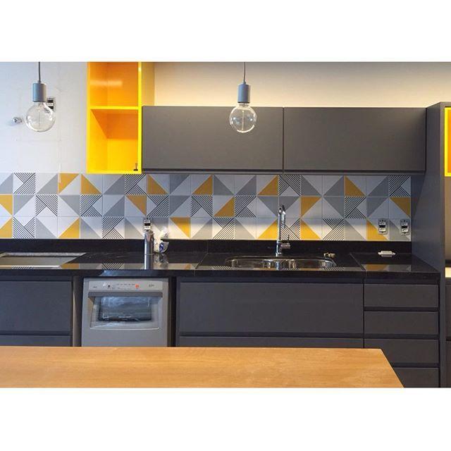 Lurca Azulejos | Azulejos - Tarde, Raiz Cinza e Raiz Amarelo | Tarde, Raiz Gray and Raiz Yellow - Ceramic Tiles  // Shop Online www.lurca.com.br/ #cozinha #kitchen #lurca #lurca_azulejos #azulejos #azulejosdecorados #revestimentos #arquitetura #interiores #decor #design #reforma #decoracao #geometria #casa #ceramica #architecture #decoration #decorate #style #home #homedecor #tiles #ceramictiles #homemade #madeinbrazil #brasil #brazil #design #brasil #braziliandesign #designbrasileiro