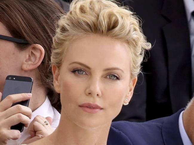 """Charlize Theron - People au défilé de mode, collection Haute-Couture automne-hiver 2014/2015 """"Christian Dior"""" au Musée Rodin à Paris le 7 juillet 2014"""