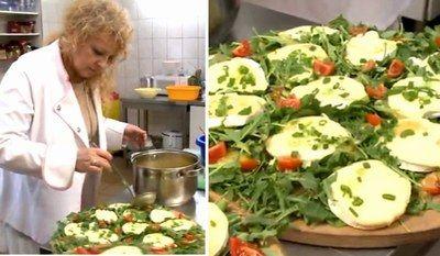 Camembert zapiekany z rukolą i pomidorkami Magdy Gessler okrągły ser camembert rukola - 1 opak. pomidorki koktajlowe szczypiorek sos winegret  Camembert zapiekany z rukolą i pomidorkami Magdy Gessler - przygotowanie:  Piekarnik nagrzej do 180 stopni. Ser przekrój tak, aby powstały z niego dwa równe krążki. Ułóż je pleśnią do dołu na brytfance. Włóż do piekarnika na 15-20 minut.