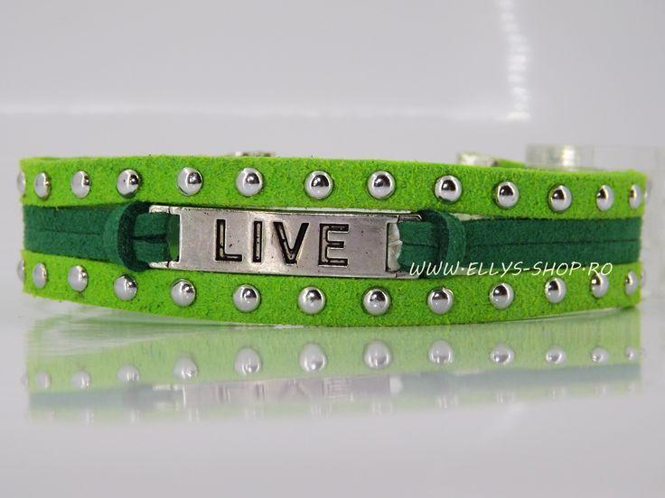 Bratara handmade realizata cu snur cu tinte verde crud, snur imitatie piele intoarsa verde smarald si accesoriu argintiu cu mesaj Live Dimensiune