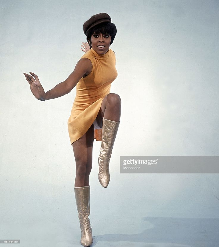 Wearing a closefitting dress a hat and gilded boots the lively... Foto di attualità   Lola Falana 1967