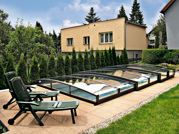 Elegantní bazénové zastřešení VIVA díky své výšce nenaruší celkový dojem z vaší zahrady.