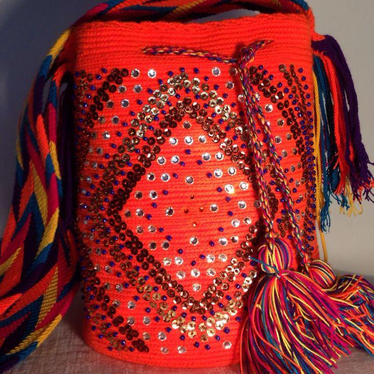 Mochila Wayuu original intervenida con diseño en lentejuelas mostacillas cristales de swarovski naranja solo whatsapp 3104783854
