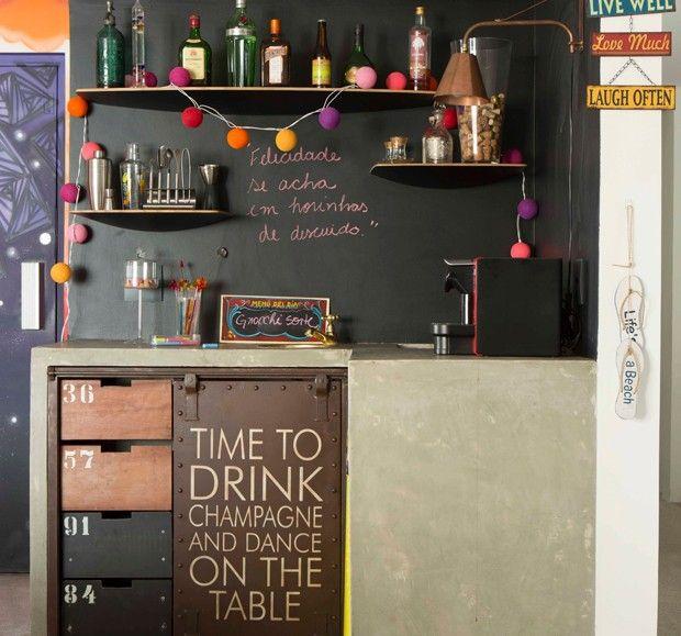 Fácil de instalar, preço bom e solução imediata para decorar e organizar a casa. Descubra uma seleção de boas ideias para usar prateleiras na sala, na cozinha, no quarto e no escritório