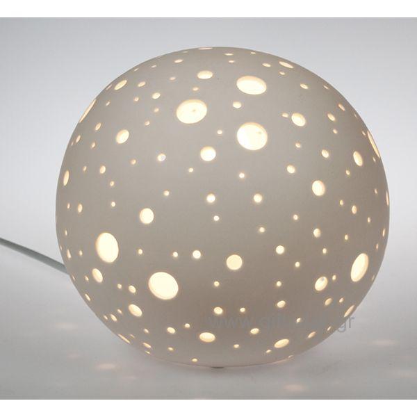 Επιτραπέζιο πορσελάνινο φωτιστικό δωματίου σε σχήμα σφαίρας με διακοσμητικές τρύπες για να φαίνετε καλύτερα ο φωτισμός στο χώρο